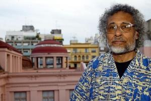 Oliveira Silveira morreu em 2009, mas deixou 12 livros publicados (Foto: Neco Varella / AE)