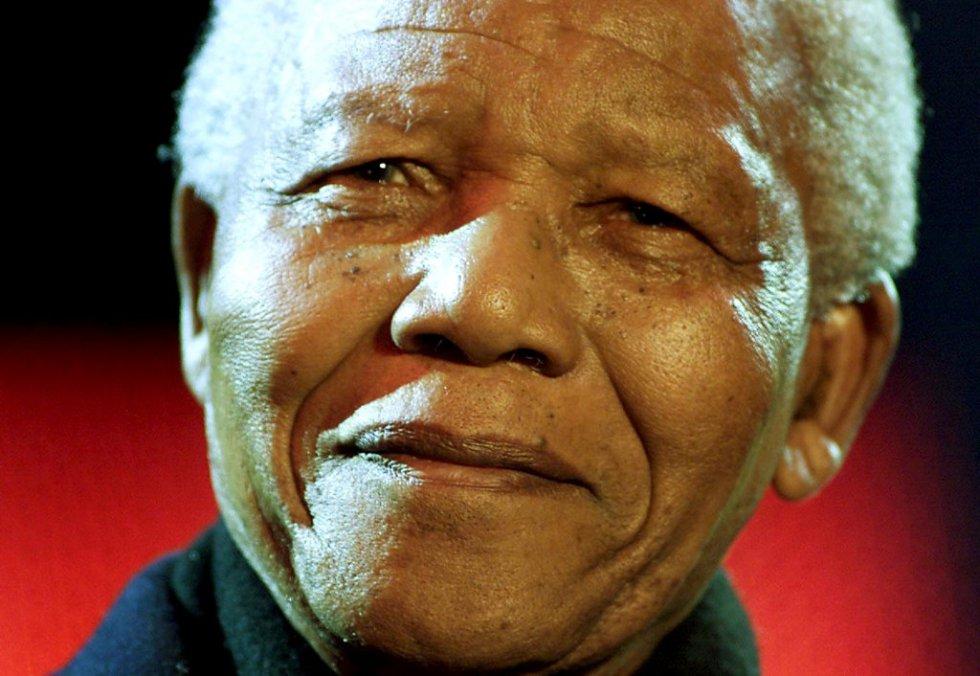 O ex-presidente de África do Sul, Nelson Mandela, sorri desde a tribuna na praça Trafalgar durante o show pela democracia sul-africana, celebrado em Londres (Reino Unido), para enfatizar os sete anos de democracia no país, em 2001. (Foto: REUTERS)