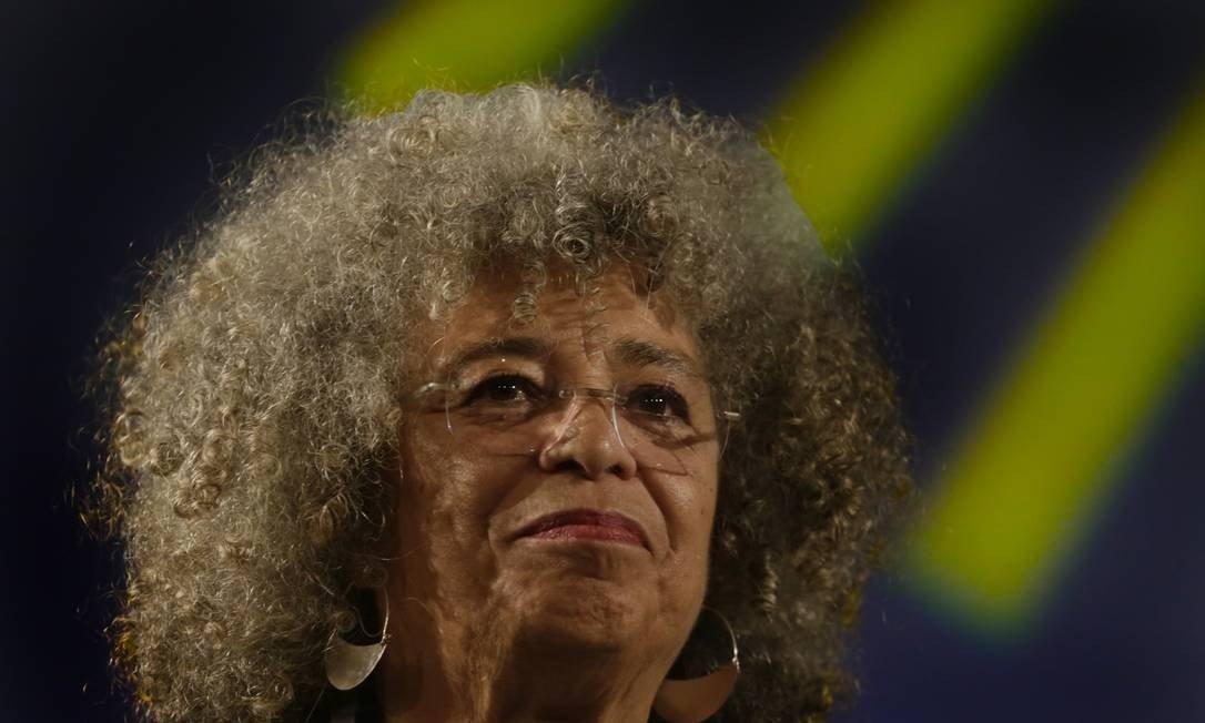 Em 1969, Angela Davis foi demitida do cargo de professora de filosofia da Universidade da California por sua associação com o partido comunista americano e com os Panteras Negras. A filósofa viria a ser perseguida, colocada na lista dos 10 criminosos mais perigosos do país, condenada e presa sem provas e com altas doses de espetacularização. (Foto: Antonio Scorza / Agência O Globo)