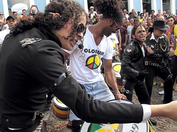 Olodum improvisa festa para lembrar passagem de Michael Jackson pelo Pelourinho