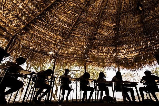 Crianças indígenas enfrentam dificuldade no acesso a educação