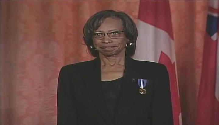 Daurene Lewis retratada em uma foto de arquivo da cerimônia da Ordem do Canadá em 2003. (Foto: Reprodução/CBC)