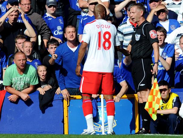 Diouf é acusado de racismo contra gandula no Campeonato Inglês