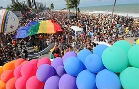 Gays enchem orla de cores e exigem fim de preconceito