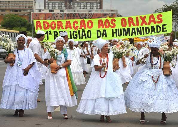 Grupo protesta em Brasília contra preconceito a religiões africanas