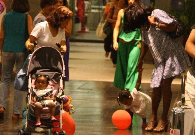 GALERIA DE FOTOS: Glória Maria passeia com as filhas em shopping