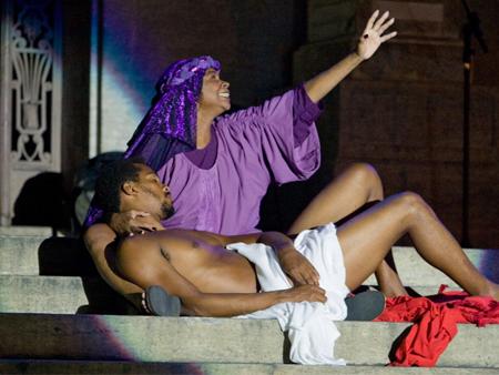 Paixão de Cristo é representada  por atores negros em Magé