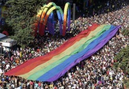 Evangélicos querem impedir distribuição de cartilha anti-homofobia