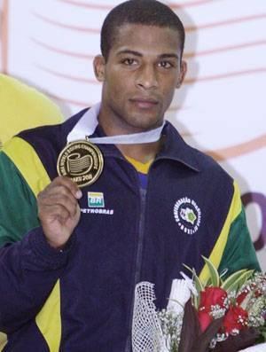 Everton Lopes vence e conquista o ouro inédito no Mundial de Boxe