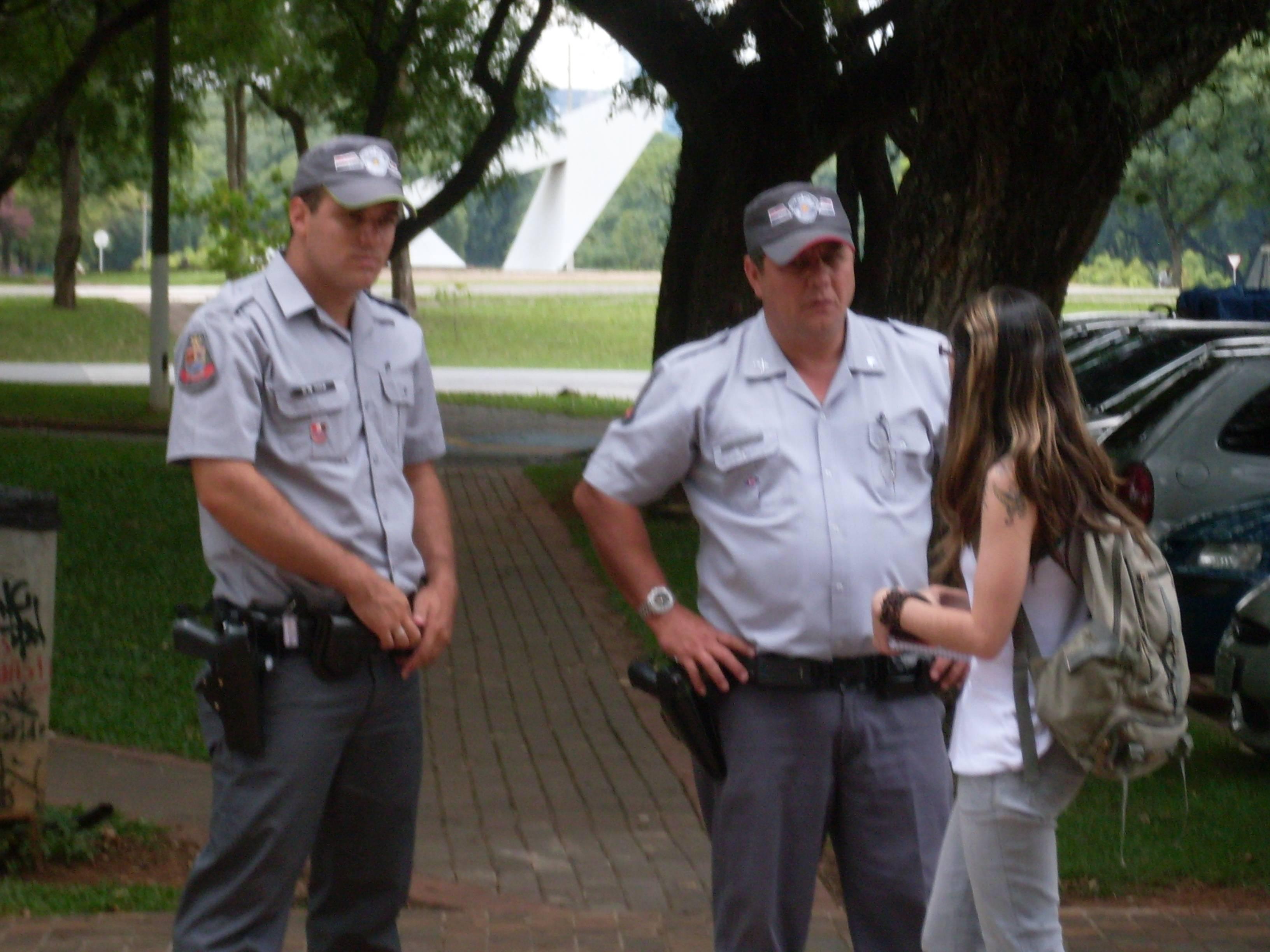 PM afasta policial racista que agrediu aluno na USP