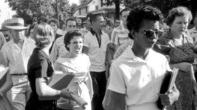 Elizabeth Eckford chega na escola Little Rock Central High School sob ataques de estudantes racistas, em 1957 (Foto: Will Counts/Divulgação)