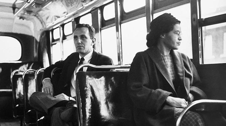 Rosa Parks reproduzindo a cena que mudou os rumos da História - Getty Images