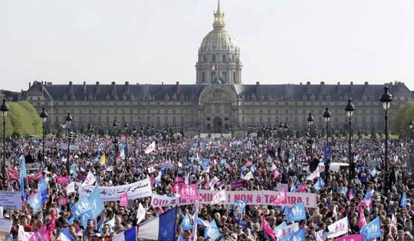 Opositores e defensores do casamento gay tomam as ruas de Paris