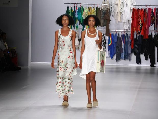 As gêmeas Suzana e Suzane Massena no desfile da grife Oestúdio, no Fashion Rio, nesta sexta-feira, 19 (Foto: Raphael Mesquita / Foto Rio News)