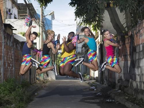 Gays derrubam preconceito e conquistam aceitação em favelas