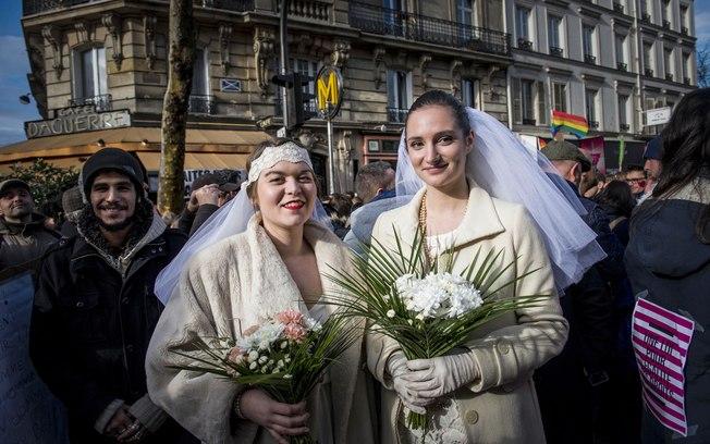 França promulga lei do casamento gay e da adoção por casais do mesmo sexo
