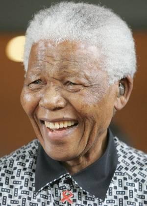 Mandela deixa hospital após quase três meses internado na África do Sul