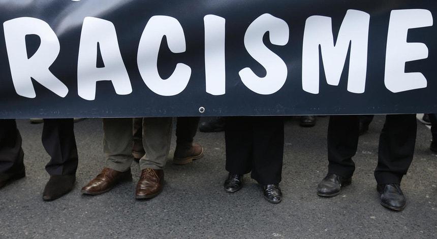 Uma faixa contra o racismo durante um protesto em Paris, França, no ano de 2013 (Foto: Reuters)