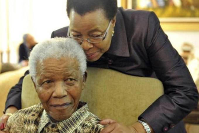 Ex-presidente da África do Sul Nelson Mandela com sua esposa Graça Machel (Elmond Jiyane/GCIS - Government Communication and Information System/Divulgação/)