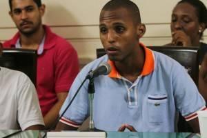 Ator Vinícius Romão discursa sobre a banalização das prisões provisórias e o racismo no Poder Judiciário