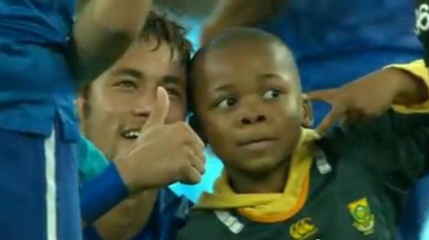 Brasil vs África do Sul. Criança invade relvado e torna-se a