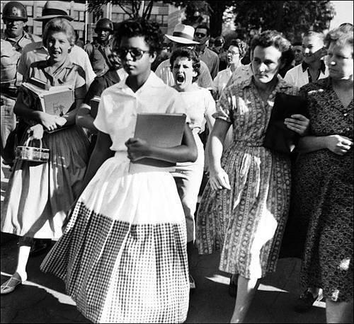 Elizabeth Eckford, a mulher que desafiou o racismo americano