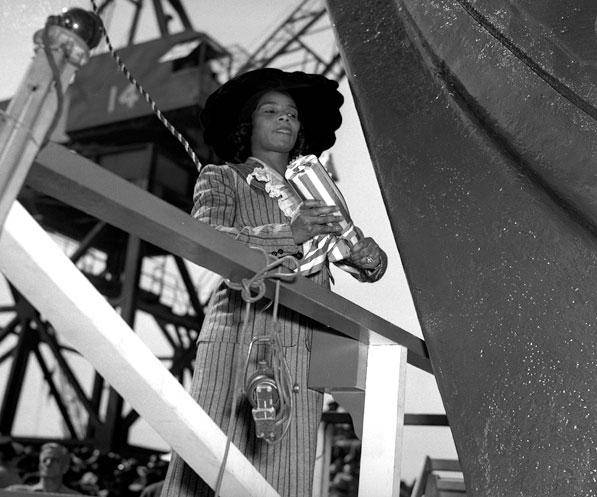 Marian Anderson batiza o navio Booker T. Washington, 1942
