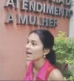 Cena do vídeo em que Eliza Samudio vai a delegacia da mulher, em 2009, prestar queixa contra o goleiro Bruno: assassinada meses mais tarde. Foto: Reprodução/Jornal Extra