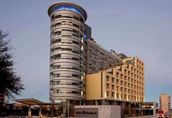 As maiores cidades do continente dispõem de dezenas de hotéis disponíveis para turistas