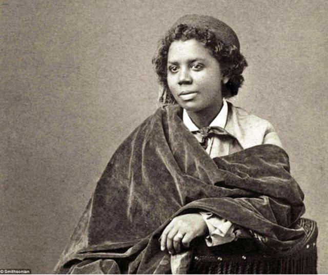 Edmonia Lewis, artista americana, que passou a maior parte de seu tempo na comunidade lésbica em Roma (1880).