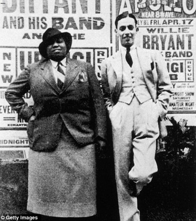 Cantora americana de blues Gladys Bentley com a líder da banda (1930).