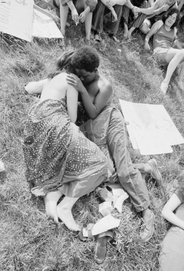 Casal de diferentes etnias abraçando no Orgulho Gay de Nova Iorque (27 de Junho de 1971).