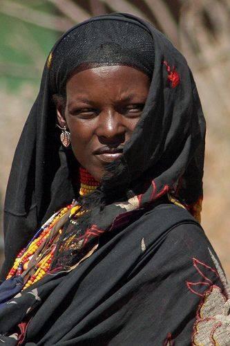 Rainha Amina Mohamud - Nigéria - cerca de 1450 CE: Amina foi uma rainha guerreira Hausa muçulmana de Zazzau, no que é hoje central norte da Nigéria. Ela é o tema de muitas lendas, mas é amplamente considerado pelos historiadores como tendo sido um verdadeiro governante. Mito popular diz Amina era um guerreiro feroz e amado lutando. Ela evitou o casamento e, em vez ajudou Zazzau conquistar tribos vizinhas e tornar-se o centro do comércio norte Africano
