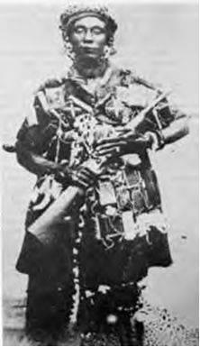 """Yaa Asantewaa; 1840-1921; Yaa Asantewaa foi nomeado rainha-mãe de Ejisu do Império Ashanti, agora parte da moderna Gana por seu irmão Nana Akwasi Afrane Okpese, o """"governante de Ejisu"""" Ejisuhene. Em 1900, ela liderou a rebelião Ashanti conhecido como a Guerra da Golden Stool contra o colonialismo britânico."""