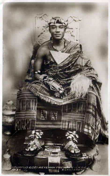 1930 Gana: Um jovem rei Otumfuo Osei Agyeman Prempeh II, Rei de Asante, 1931-1970 Em 1931, ele foi instalado como Kumasihene. No mesmo ano, ele imediatamente começou a trabalhar vigorosamente para a restauração da Confederação Asante que acabou por ser realizado em 1935. Assim seu status foi elevado daquele de Kumasihene para Asantehene. Esta foi uma das suas maiores conquistas.