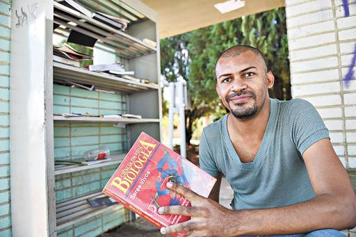 Com livros encontrados no lixo e nas ruas, Cícero Pereira Batista se torna médico em Brasília