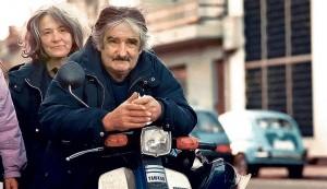 Ana, quando voltou a ser Lucía Topolanskiy Ulpiano, quando voltou a se chamar Pepe Mujica. O recomeço, vendendo flores no mercado de Montevidéu, enquanto vivem, juntos, a mais linda história de amor do Uruguai.