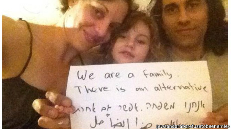 """Junto à filha, o árabe Osama e a judia Jasmin dizem: """"Somos uma familia."""""""