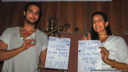 """O professor de ioga Eitan junto à aluna Suhad: """"Somos humanos"""""""