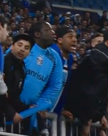O que faziam dois negros no meio dos torcedores racistas do Grêmio?