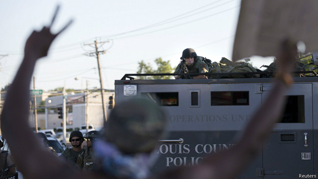 Tensão racial nos EUA revela 'militarização' da polícia americana