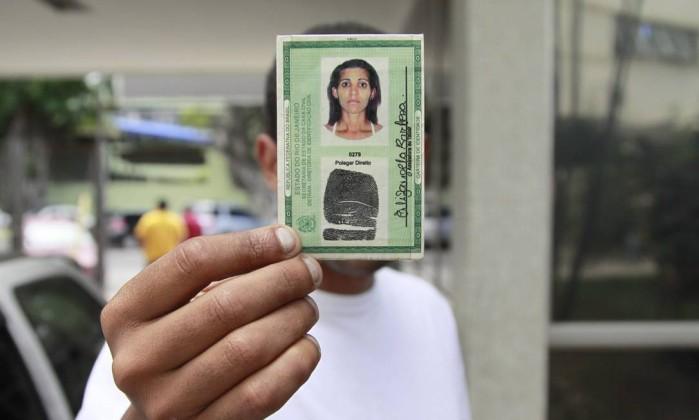 A carteira de identidade de Elizângela Barbosa, de 32 anos: grávida de cinco meses, ela foi encontrada morta na Estrada da Ititioca, em Niterói - Thiago Freitas / Agência O Globo