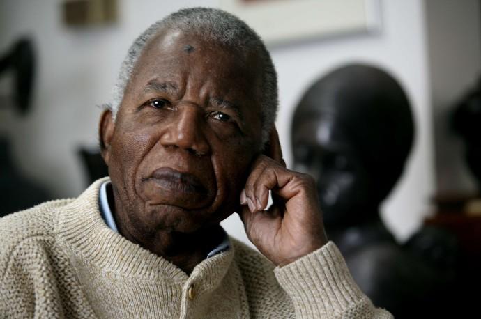 Chinua Achebe 690x458 5 Escritores africanos que você precisa conhecer
