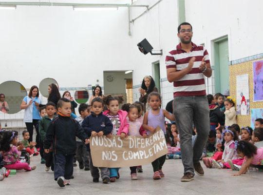 Escola infantil envolve comunidade para debater racismo e gênero na educação