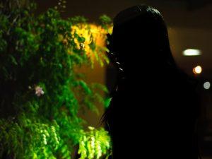 'Me deixou sozinha na cama chorando de dor', diz jovem estuprada pelo próprio namorado