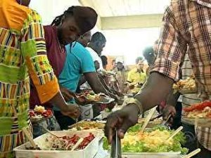 Voluntários fazem festa típica para imigrantes africanos em Criciúma
