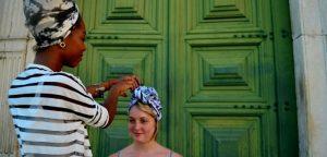 Turbante faz a cabeça de baianos e turistas neste verão