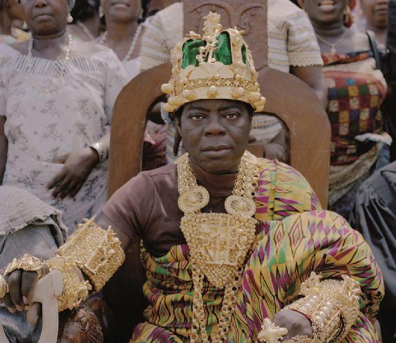 Rei africano que mora na Alemanha comanda sua nação através da internet