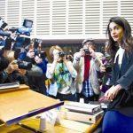 Amal Clooney defende direitos humanos mas só lhe fazem perguntas sobre roupa