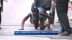 Maratonista 'exausta' engatinha os últimos 400 m e chega em 3º